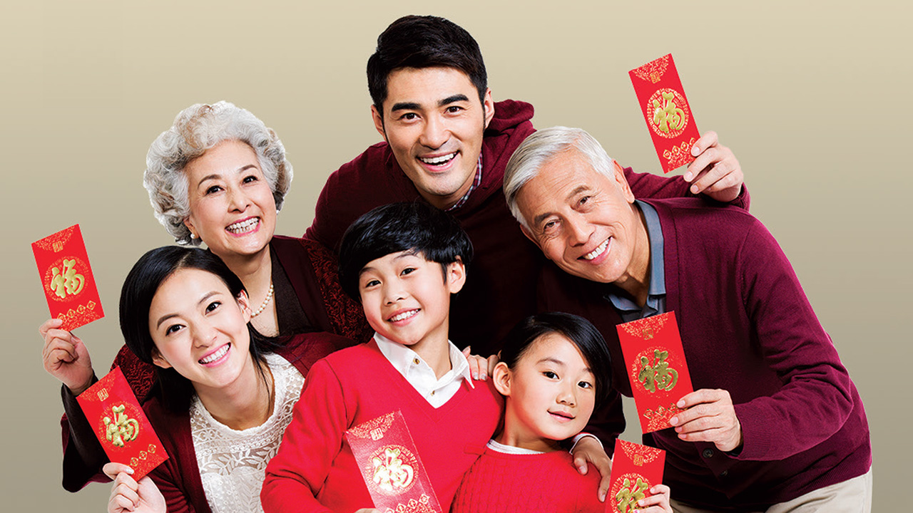 Family photo with red pocket in their hands; image used for HSBC Malaysia Amanah CNY GoGreen. page.