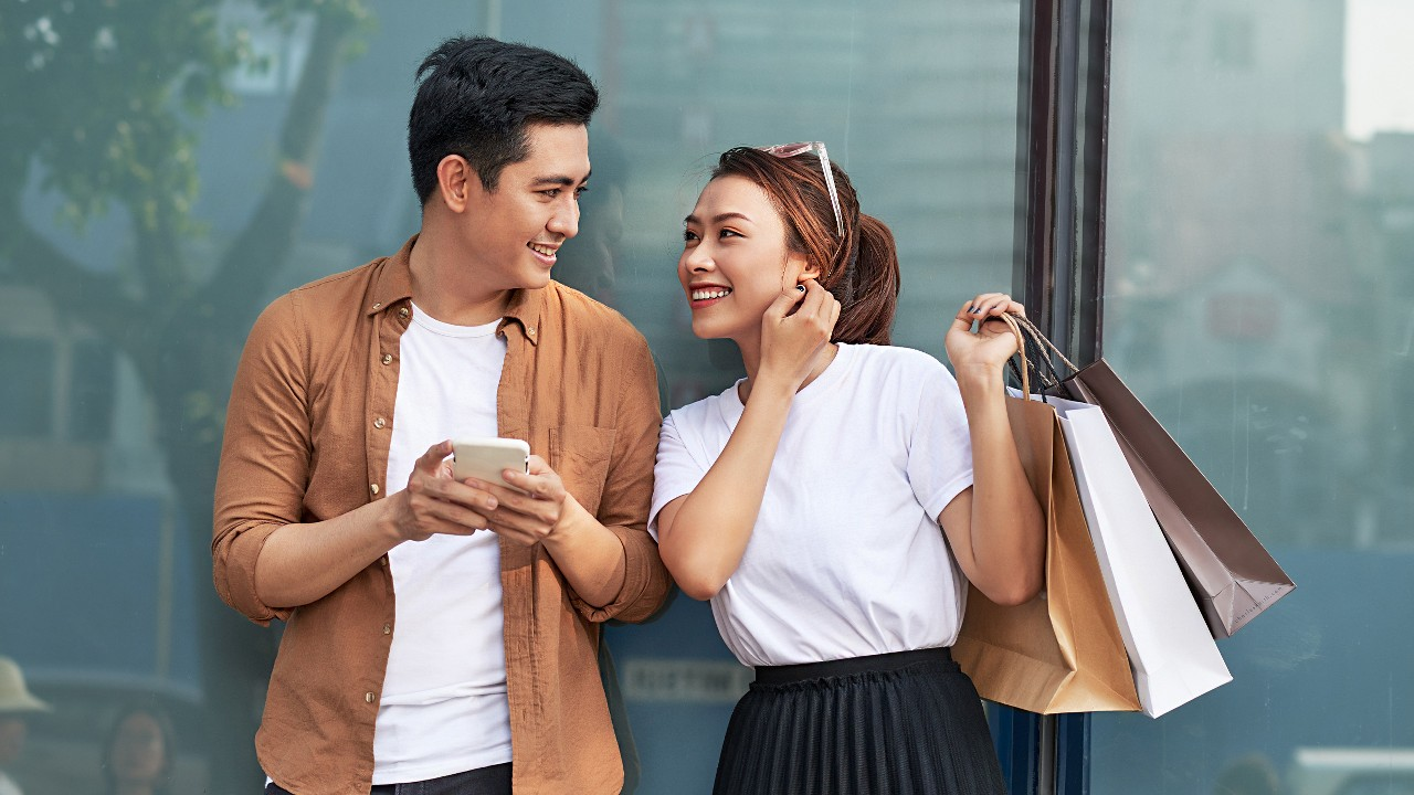 Couple shopping with smartphone; image used for HSBC SmartPrivileges page.